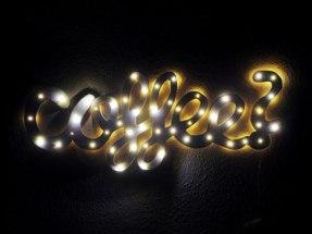 """Leuchtschild """"COFFEE""""bei Nacht"""