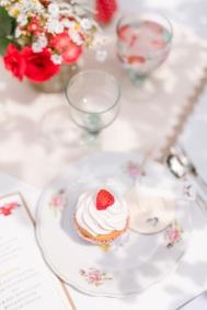Tischdekoration mit selbstgebackenen Erdbeermuffins