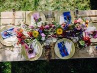 Gedeckter Tisch mit handgemachten Servietten